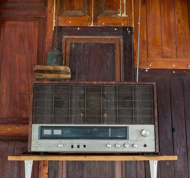 Alter radio im thailändischen haus