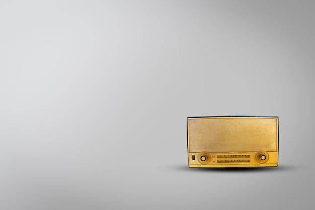 Alter retro- radio auf weißem hintergrund. dies ist das vintage-radio zum musikhören.