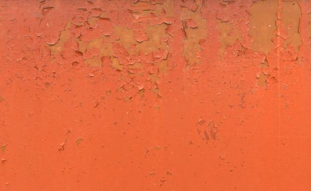 Alter rostiger gemalter metallhintergrund. rote abblätternde farbtextur.