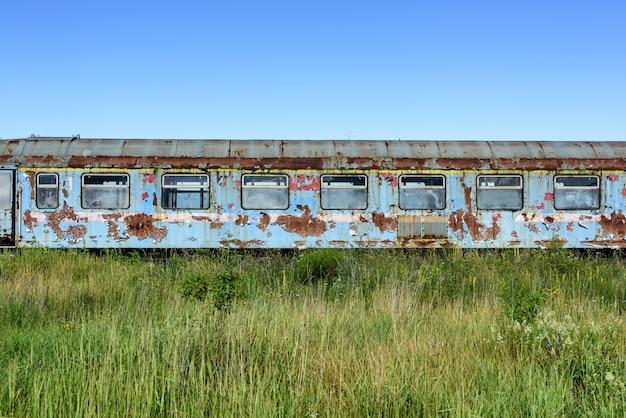 Alter rostiger güterwagen whit zerbrochene fenster. alte verlassene spur, abstellgleis mit schmutzigen alten zügen. alte eisenbahnschienen.