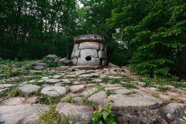 Alter runder verbunddolmen im tal des flusses jean, monument der archäologiemegalithstruktur.