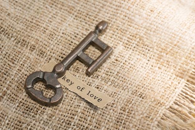 Alter schlüssel und papier mit textnachrichtenschlüssel der liebe. valentinstag-konzept
