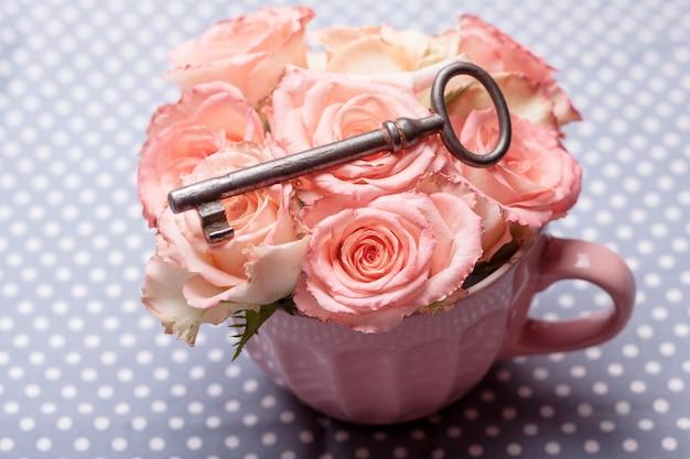 Alter schlüssel und rosen