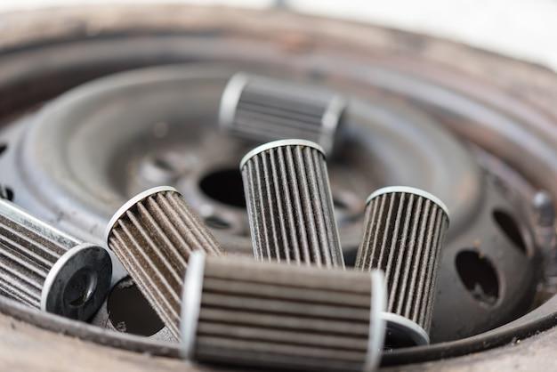 Alter schmiermittelmotorölfilter an der autogarage
