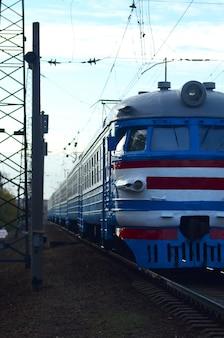 Alter sowjetischer elektrischer zug mit dem veralteten design, das durch schiene sich bewegt