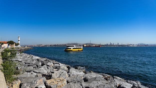 Alter strand und meerblick in istanbul, türkei.