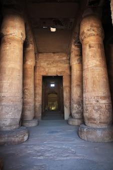 Alter tempel abydos in sahara wüste ägypten