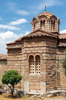 Alter tempel in der stadt athen im sommer