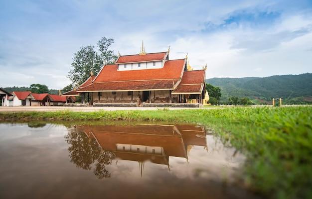 Alter tempel in thailand reflektieren wassermarkstein von buddhistischem wat sri pho chai bei na haeo loei thailand