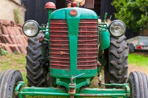 Alter traktor auf einem bauernhof als arbeitsgerät