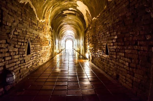 Alter tunnel der dharma-praxis im buddha