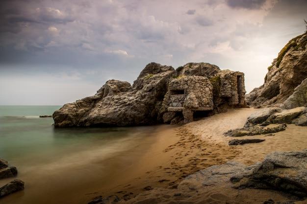 Alter verlassener bunker auf dem strand