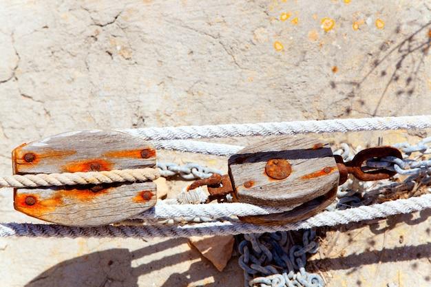 Alter verrosteter hölzerner flaschenzug in mediterrantan-hafen