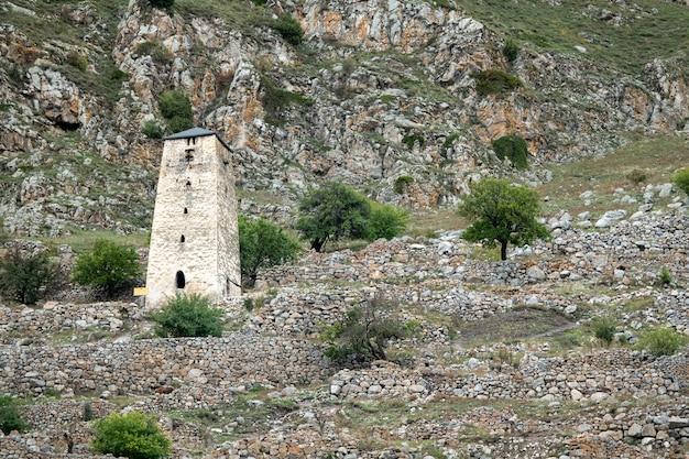 Alter wachturm abaev im oberen balkaria im herbst