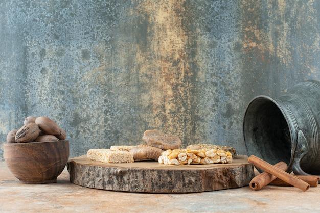 Alter wasserkocher und erdnusskrokant auf marmorhintergrund