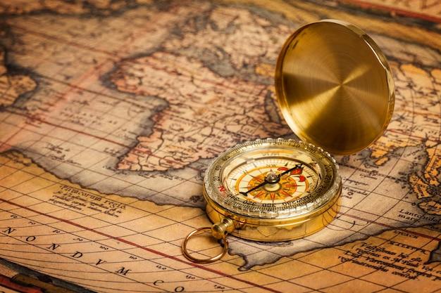 Alter weinlesegoldkompass auf alter karte