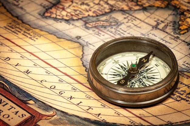 Alter weinlesekompass auf alter karte