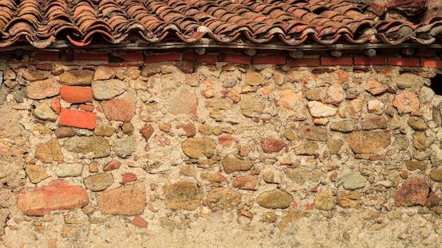 Alter ziegelstein auf dem dach eines häuschens