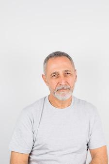 Alter zweifelhafter mann im t-shirt