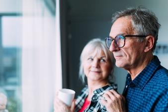 Ältere Paare im Ruhestandsheim nahe bei Fenster