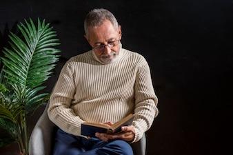 Älterer Mann liest ein Buch