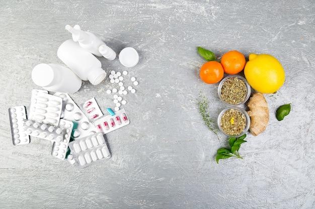 Alternative heilmittel und traditionelle pillen zur behandlung von erkältungen und grippe. naturmedizin gegen konventionelle medizin konzept. speicherplatz kopieren.