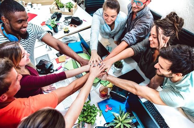 Alternative mitarbeiter im startup-studio zum brainstorming-moment des unternehmertums - personal und geschäftskonzept im start-up-büro