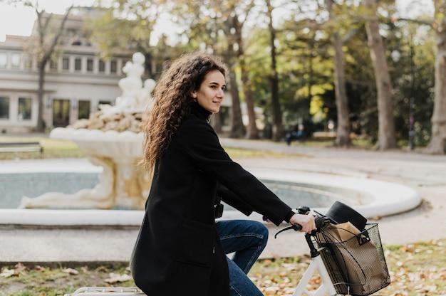 Alternativer fahrradtransport im park