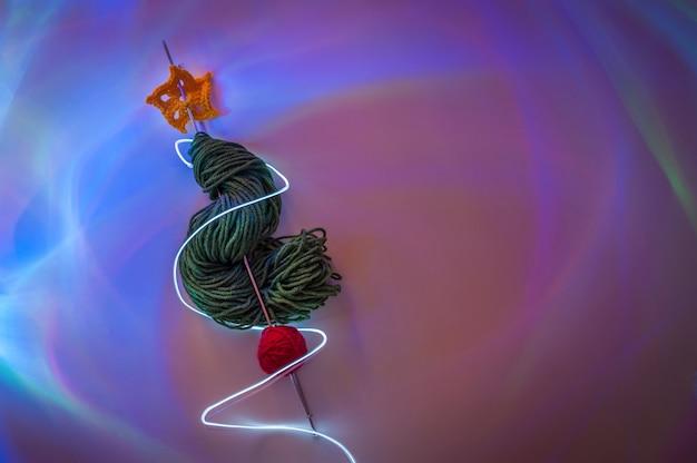 Alternativer weihnachtsbaum aus wolle mit nordlichteffekt