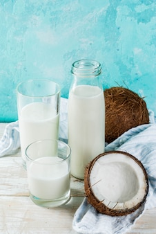 Alternatives lebensmittel des strengen vegetariers, nichtmilchpulver der kokosnuss auf hellblauem hintergrund, kopienraum