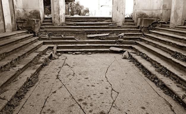 Alternde treppe in zerstörtem gebäude, sepia