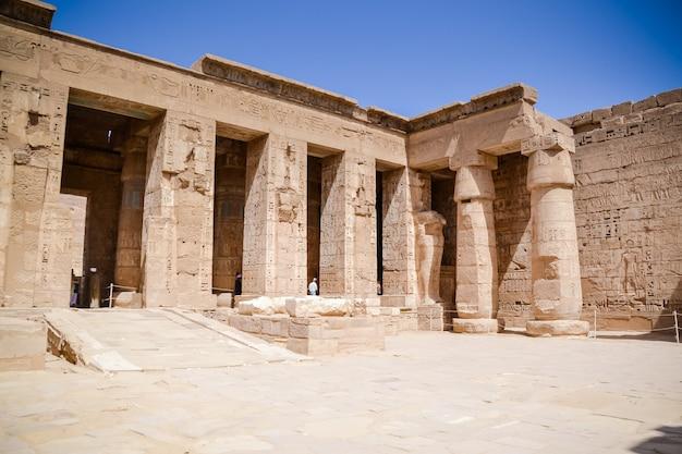Altes ägyptisches grabgebäude mit hieroglyphen
