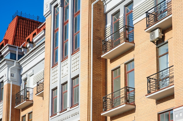 Altes architekturgebäude mit balkonen in der stadtstraße