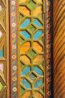 Altes asiatisches mosaik aus holz. elemente der orientalischen ornamentik