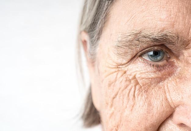 Altes auge der älteren frau und faltiges gesicht
