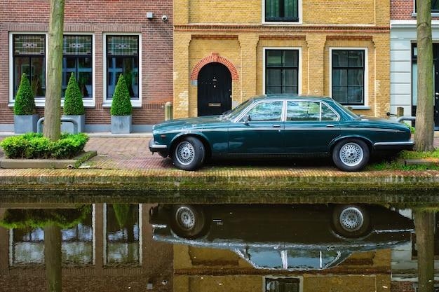 Altes auto auf kanalböschung in der straße von delft delft niederlande