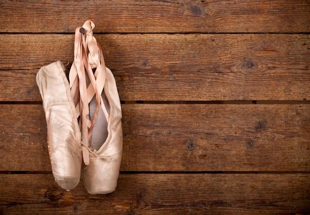 Altes benutztes rosa ballettschuhhängen