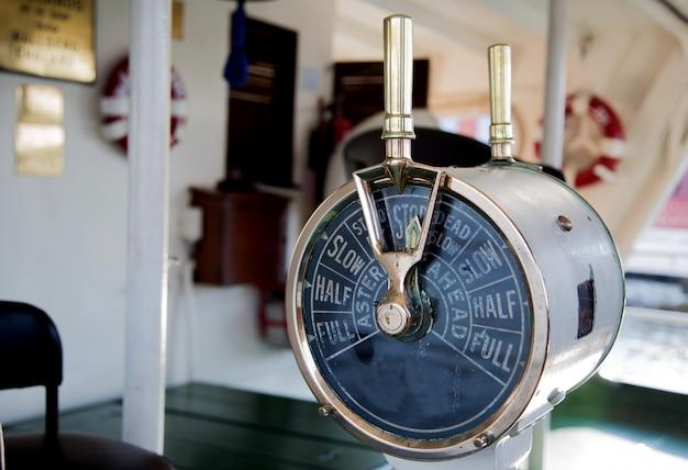 Altes bestellsteuersignal an den maschinenraum des bootes zum bootfahren