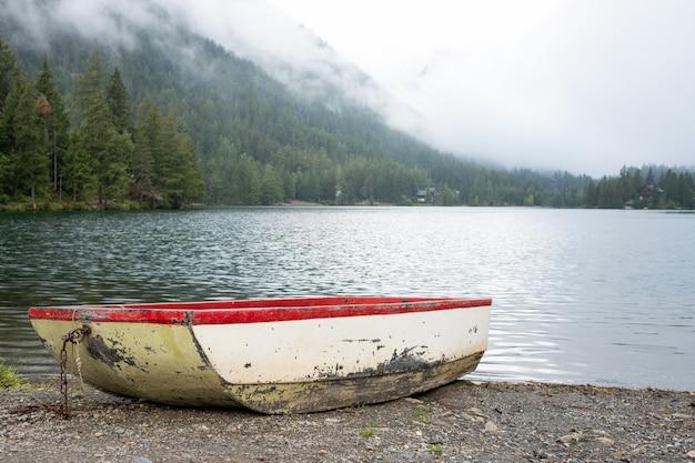 Altes boot am rande eines sees