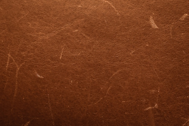 Altes braunes zerkratztes leder leder. vintage leder textur, beschädigte oberfläche, grunge hintergrund. schäbiges verwittertes material.