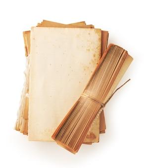 Altes buchpapier mit weinlesepapierrolle