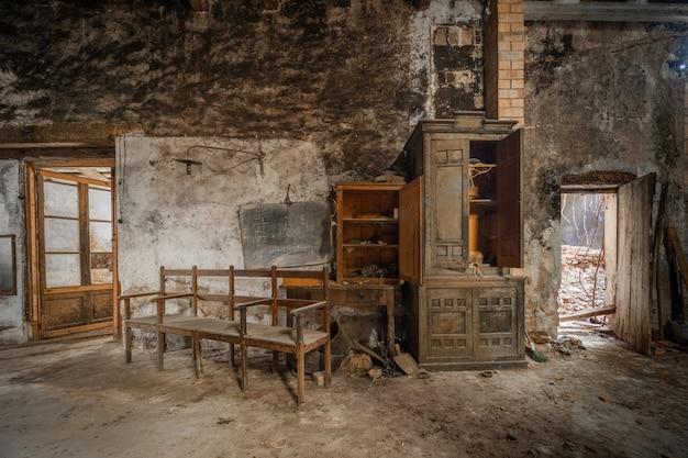 Altes büro eines verlassenen lagers
