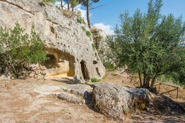 Altes byzantinisches dorf canalotto - archäologische fundstätte in calascibetta, sizilien, italien