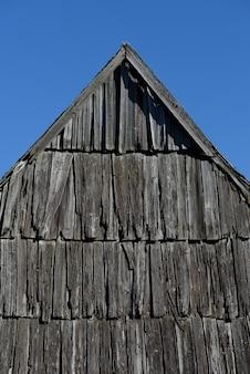 Altes dach aus holz. traditionelle ländliche architektur. hintergrund für die gestaltung. karpaten, ukraine