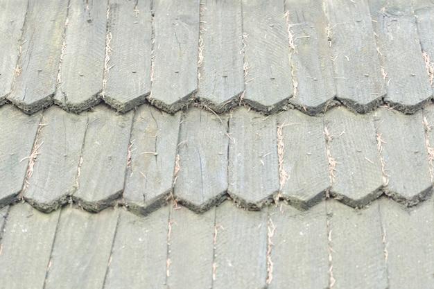 Altes dach besteht aus holzziegeln. textur hintergrund.