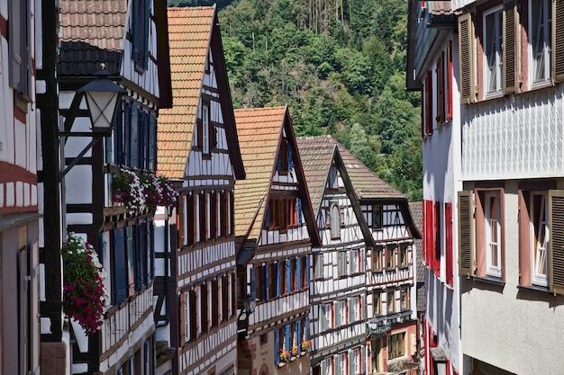Altes dorfzentrum von schiltach im schwarzwald mit malerischen fachwerkhäusern.