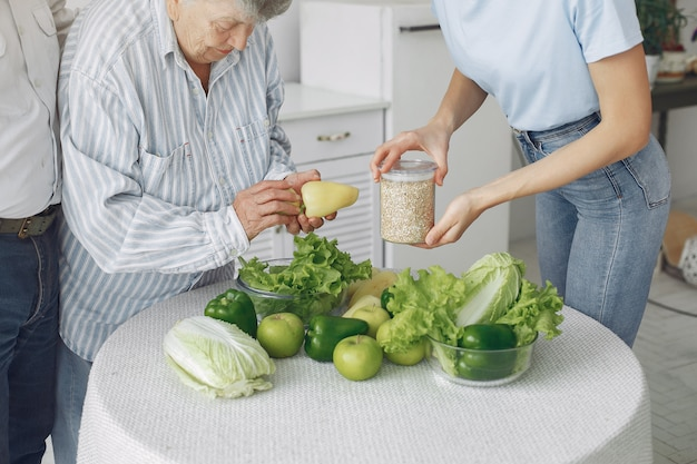 Altes ehepaar in einer küche mit jungen enkelin