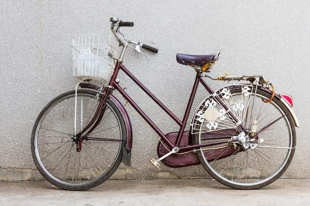 Altes fahrrad, fahrrad auf der straße