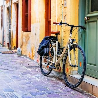 Altes fahrrad in der engen straße mit bunten häusern