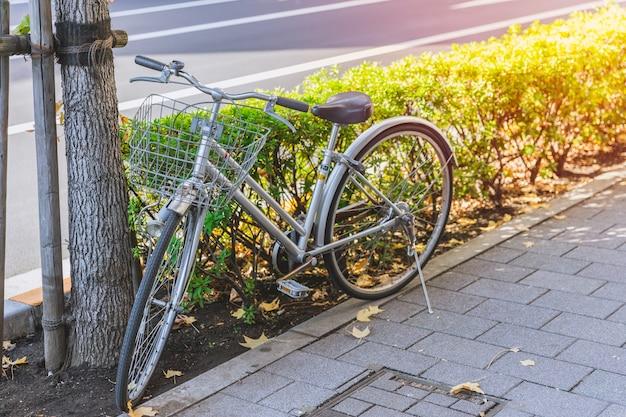 Altes fahrradweinlese-artparken in japan-metro